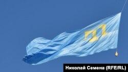 Qırımtatar bayrağı Kyivniñ merkezinde, arhiv fotoresimi