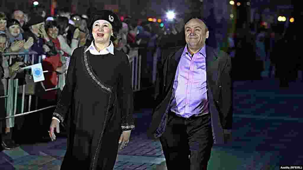 Камал театры каршында яңа сезон ачу тантанасы. Алсу Гайнуллина һәм Илдар Хәйруллин.