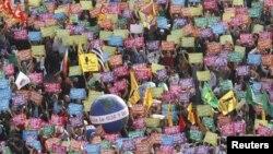 Жаһандануға қарсы шеру. Франция, 1 қараша 2011 жыл. (Көрнекі сурет)