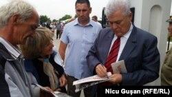 Vladimir Voronin dînd autografe la Șerpeni