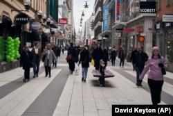 Люди на вулицях Стокгольма. 25 березня 2020 року