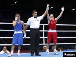 Ирландиялық боксшы Джон Джо Невин (оң жақта) Қазақстан боксшысы Қанат Әбутәліповті жеңді. Лондон, 1 тамыз 2012 жыл.