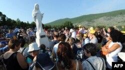 Uprkos osporavanjima iz crkvenih vrhova posljednjih godina, čini se da hodočasnika u tom mjestu u Hercegovini ne manjka
