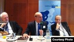 وليد فارس (وسط) في جلسة الإستماع