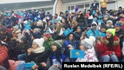 """""""Алатау"""" шаңғы-биатлон базасында отырған оқушылардың бір тобы. Алматы, универсиада жарыстарының бірі, 3 ақпан 2017 жыл."""