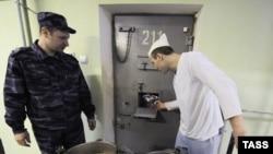 Россия. Бутырка. Раздача еды. Москва. 07.04.2011.