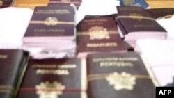 В ходе расследования журналистке удалось купить в различных странах Евросоюза 20 поддельных паспортов по цене от 250 до 1500 фунтов
