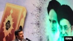محمود احمدینژاد در «همایش طرح نهضت ملی حفظ قرآن کریم توسط دانشآموزان و فرهنگیان.» ۱۷ آبان ۱۳۹۰؛ ۸ نوامبر ۲۰۱۱