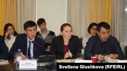Адвокаты (слева направо) Джохар Утебеков, Елена Дворецкая и Бауыржан Азанов на круглом столе по вопросам модернизации уголовного процесса в Казахстане. Астана, 8 ноября 2017 года.