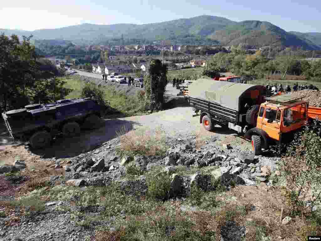 Vozilo KFOR-a ispred kamiona kosovskih Srba koji blokiraju put u selu Jagenjica kod Zubinog Potoka