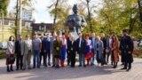 Представители «украинской диаспоры» у памятника Богдану Хмельницкому в Симферополе 14 октября 2019 года