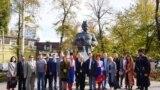 Представники «української діаспори» біля пам'ятника Богдану Хмельницькому в Сімферополі, 14 жовтня 2019 року