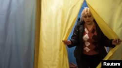 Избирательный участок в селе Новотроицкое к югу от Донецка