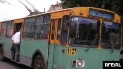Тролейбус на вулиці Дніпропетровська
