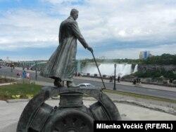 Памятник Николе Тесле у Ниагарского водопада. Канада