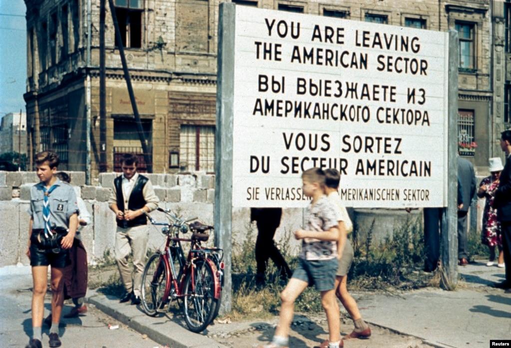 Жителі Західного Берліна біля пропускного пункту «Чекпойнт Чарлі» в американському окупаційному секторі. Липень 1963 року