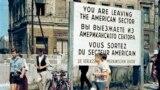 Строительство участка Берлинской стены на Бернауэр-штрассе, август 1961 года. Граница между ГДР и Западным Берлином была закрыта 13 августа