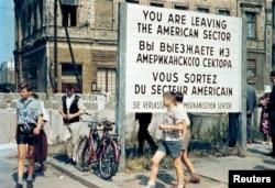 """""""Чекпойнт Чарли"""" со стороны Западного Берлина, июль 1963 года."""