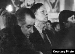 Рыгор Барадулін і Васіль Быкаў, Сафійскі сабор, Полацак, 1980-ыя гады. Фота Міхаіла Шмерлінга