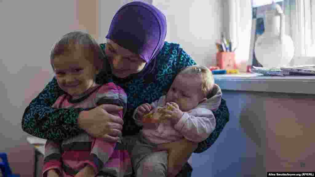 Дочери осужденного к 12 годам заключения фигурантаялтинского «дела Хизб ут-Тахрир» Вадима Сирука Анна и Амира