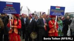 Ақтауда өтіп жатқан Орталық Азия мемлекеттерінің халықаралық бесінші театр фестиваліне қатысушылар. Ақтау, 25 қазан 2014 жыл.