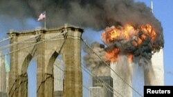 Атака на будівлі Всесвітнього торгового центру в Нью-Йорку, вигляд з Бруклінського мосту, 11 вересня 2001 року