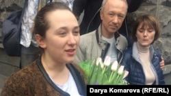 Активист Дарья Кулакова (на переднем плане) после выхода из-под ареста. Казань, 9 мая 2017 года.