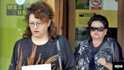 Karadžićeva kćerka Sonja i supruga Ljiljana su 30. jula preuzele lične dokumente koji su im bili oduzeti 9. januara ove godine, prema odluci visokog predstavnika, a u okviru mjera koje su preduzete radi suzbijanja mreže pomagača Radovanu Karadžiću dok je