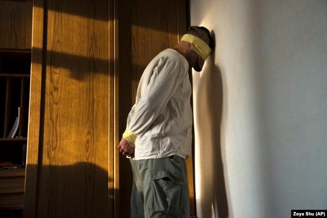 Дмитрий Клугер показывает, как его связывали в плену. Он оказался в так называемых подвалах сепаратистов весной 2014 года