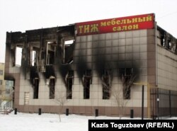 "Обгоревшее здание магазина ""Престиж"". Город Жанаозен, 18 марта 2012 года."