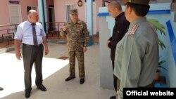 Изатулло Шарифзода (слева) во время посещения колонии в бытность начальником Главного управления исполнения уголовных наказаний (ГУИУН) министерства юстиции Таджикистана.
