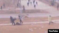 Қазақстан полицейлері оқ тиіп жараланған адамды дойырмен ұрып жатыр. Жаңаөзен, 16 желтоқсан 2011 жыл.