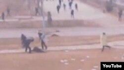 Жаңаөзен оқиғасы кезінде оққа ұшқан адамды сабап жатқан полицейлер. (Видеодан көрініс). Жаңаөзен, 16 желтоқсан 2011 жыл.