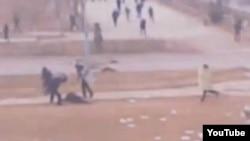 Жаңаөзен оқиғасы кезінде полицияның халыққа оқ атқаны түсірілген Youtube видеосының скриншоты. Жаңаөзен, 16 желтоқсан 2011 жыл.