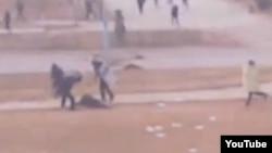 Жаңаөзенде оқ тиіп құлаған адамды полицейлер ұрып жатыр. 16 желтоқсан 2011 жыл. (YouTube сайтында жарияланған видеоның скриншоты).
