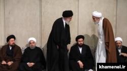 علی خامنهای در حال گفتوگو با محمدباقر باقری کنی، برادر محمدرضا مهدوی کنی و از اعضای هیئت امنای دانشگاه امام صادق