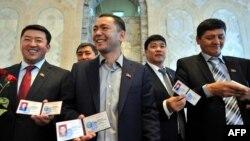 Бабанов башында турган республикачылар депутаттык мандат алган күн. Бишкек, 10-ноябрь, 2010.