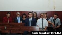 Группа сторонников объединения «Свидетели Иеговы», наблюдающих в Алматинском городском суде за ходом рассмотрения апелляционной жалобы «Христианского центра Свидетелей Иеговы». Алматы, 3 августа 2017 года.