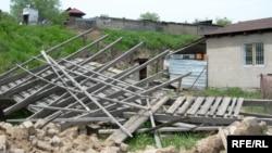Шаңырақ елдімекенінде жергілікті биліктің пәрменімен күрелген үйлердің бірі. 5 мамыр 2009 ж.