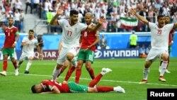 Нападающий сборной Марокко Азиз Бухаддуз (на земле) после автогола в игре против Ирана, чемпионат мира по футболу, Санкт-Петербург, 15 июня 2018 года