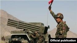 Кыргыз армиясынын жоокери машыгуу кезинде. Бишкек, 13-август, 2012.