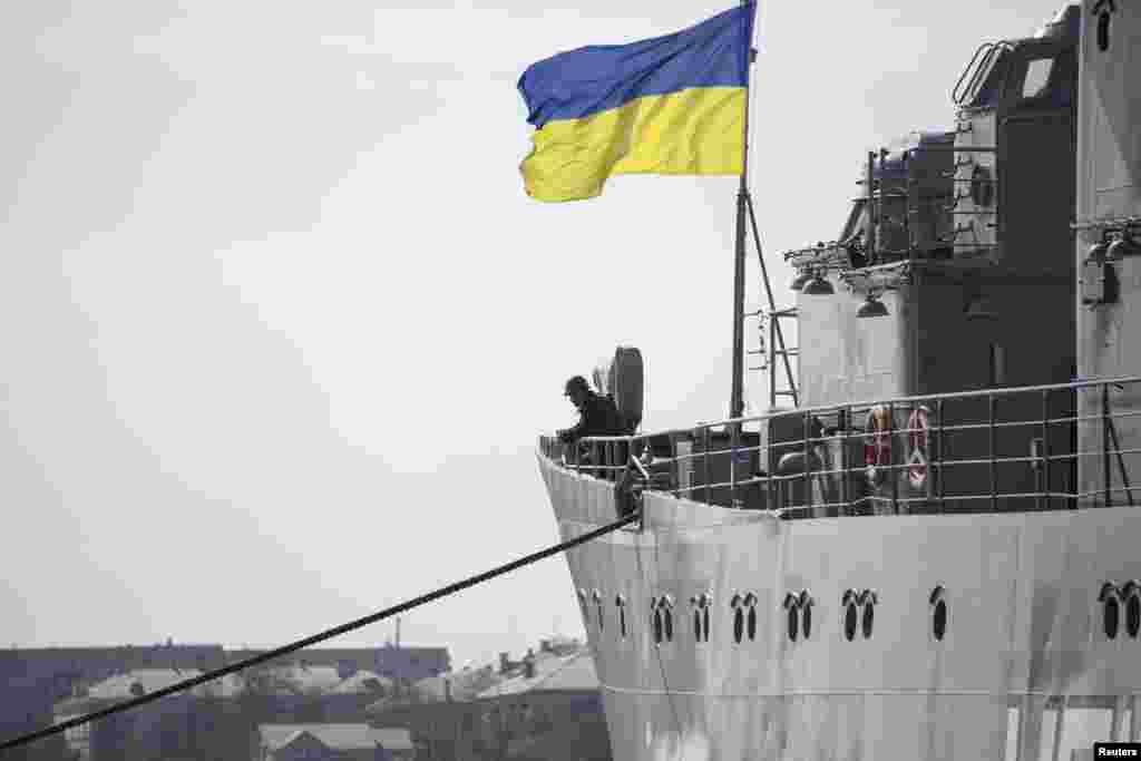 Украинские корабли на рейде Севастополя по-прежнему стоят под национальным флагом и сдаваться не собираются