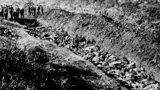 Бабий Яр на окраине Киева, Украина, где наступающая Красная Армия обнаружила тела 14 000 мирных жителей, убитых бегущими нацистами. 1944 год