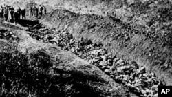 Частини яру Бабиного Яру на околицях Києва, де було знайдено тіла 14 000 цивільних осіб, вбитих від нацистами, Україна,1944 р.