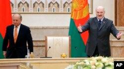 Колишній німецький посол у США Вольфганг Ішингер (ліворуч) та президент Білорусі Олександр Лукашенко під час Мюнхенської конференції з безпеки, Мінськ, 31 жовтня 2018 року