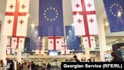 Прапори Грузії та Євросоюзу в аеропорту Тбілісі на честь запровадження безвізового режиму, 28 березня 2017 року