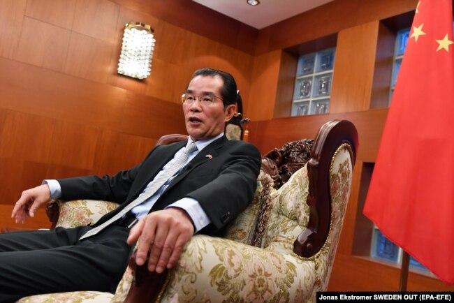 گوئی کنگیو، سفیر کنونی چین در استکهلم، نقش پررنگی در ایجاد تنشها بر سر پرونده مینهای گوئی دارد. نقشی شبیه حمید بعیدینژاد سفیر ایران در لندن