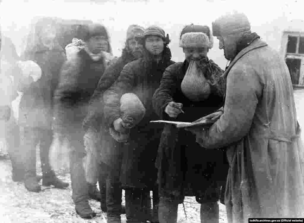 Селяни отримують пшоно на трудодні в колгоспі імені Д. Бєдного в селі Удачне Донецької області, 1930-і роки
