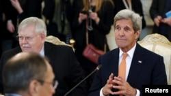 John Kerry (sağda) Sergei Lavrov-la görüşə başlayır