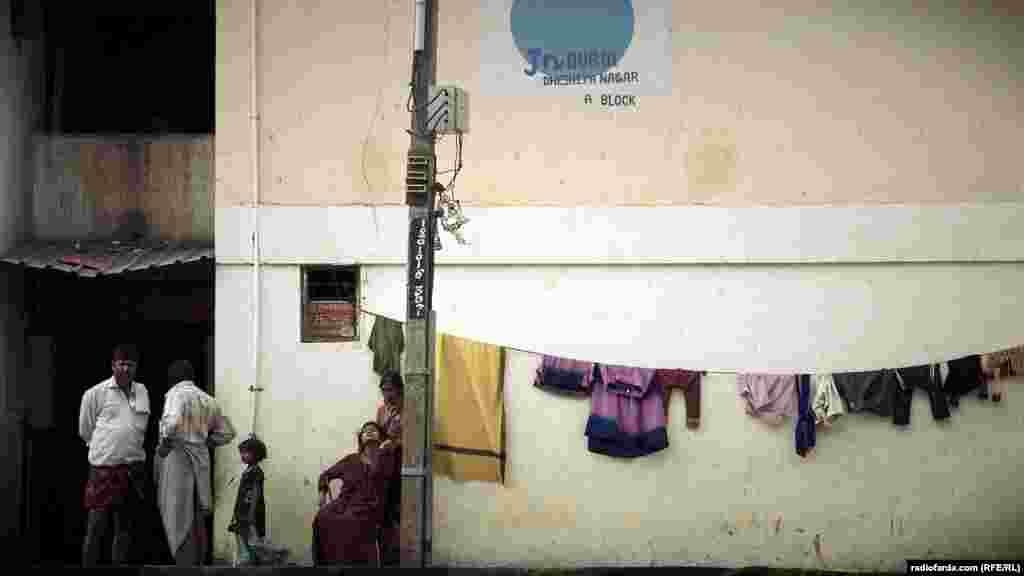 و هنوز مردمی در زاغههایی که مثل حلبیآباد در پایتخت آیتی هند رشد کردهاند در جستوجوی رستگاری هستند.